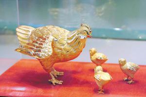 鸡年生肖饰品、红色玉石受追捧