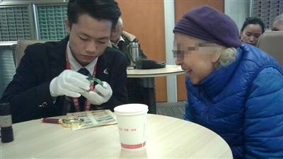 """一位工作人员在帮老年人""""鉴定""""藏品"""