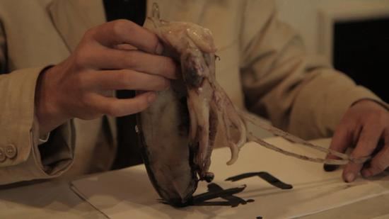 《潮湿的流浪者》(The Wet Wet Wanderer,2011)截屏。图片:Courtesy Laure Prouvost.