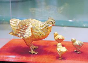 鸡年生肖饰品主要是以黄金为材料,设计款式丰富多样 IC 图