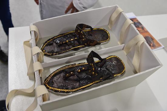 埃及首都开罗大埃及博物馆拍摄的埃及法老图坦卡蒙的鞋子。新华社图