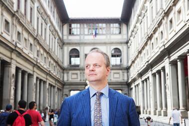 施密特先生站在佛罗伦萨乌菲齐博物馆的庭院中