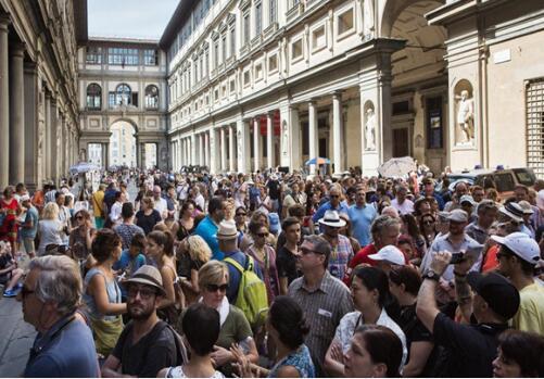 观众排队等待参观乌菲齐博物馆