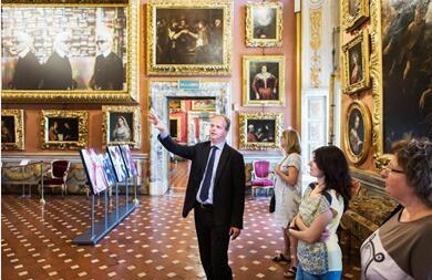 施密特先生在皮蒂宫向博物馆保安们讲解《卡尔?拉格斐——时尚视野》摄影展