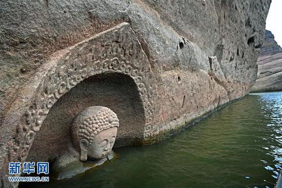 露出水面的佛头遗迹