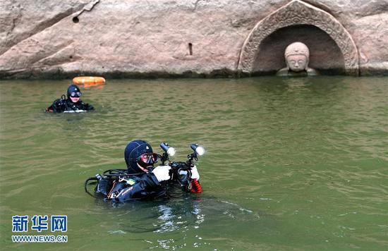 考古人员在进行水下考古探测工作