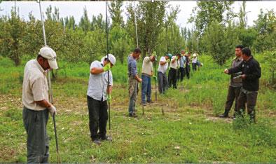 在乌兹别克斯坦斯坦斯坦明铁佩遗址现场,中方技师正在指挥钻探。社科院考古所供图