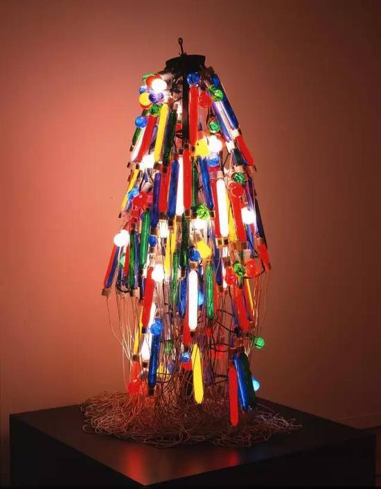 慕尼黑艺术之家博物馆中,日本艺术家田中墩子的作品《电裙子》