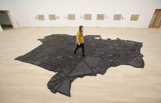 泰特现代艺术馆中,一名参观者走在《橡胶贝鲁特》之上  图片:Tate Modern