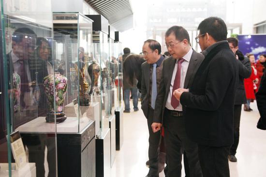 文化部外联局副局长朱琦莅临、参观中国十大景泰蓝国礼