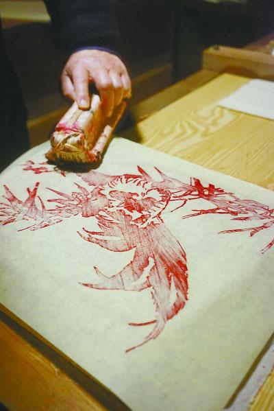 木版年画艺人张阔正在制作年画