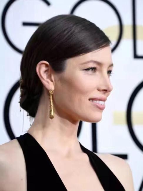 Jessica Bell佩戴的耳钉是经典的维多利亚时期(18XX年代)的古董耳钉