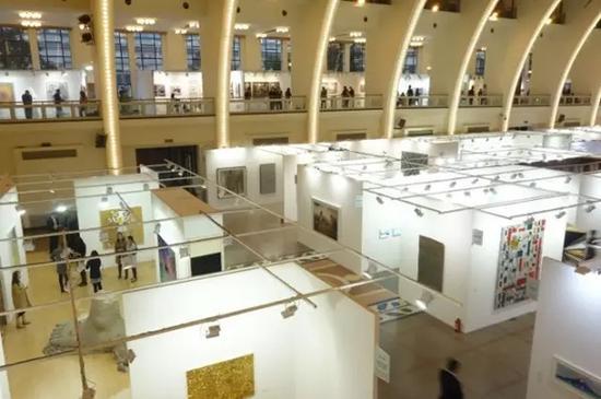 ART021 上海廿一当代 艺术博览会现场。图片源自网络