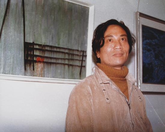 4 陈醉和他的作品《空间,我们的》在当代油画展中 1986年 中国美术馆