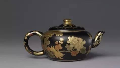宜兴窑紫砂黑漆描金菊花壶,清乾隆,高9cm,口径8cm,足径7.5cm。
