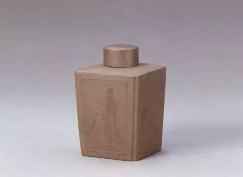 宜兴窑紫砂花卉竹石纹茶叶罐,清朝雍正,高9.5cm,口径2.5cm,底径5.7×5.7cm。