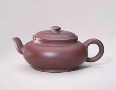 宜兴窑紫砂端把茶壶,清朝雍正,高7.5cm,口径7.6cm,足径7.5cm。