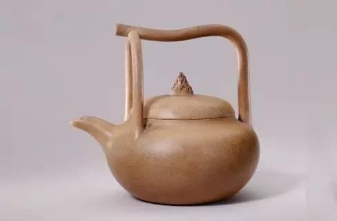 宜兴窑紫砂提梁壶,清,总高14.5cm,口径8.2cm,足径7.3cm。