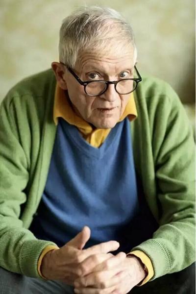 """大卫·霍克尼(David Hockney)大卫·霍克尼(David Hockney)被称为""""最出名的英国在世画家"""",又被冠以""""英国艺术教父""""之称。"""