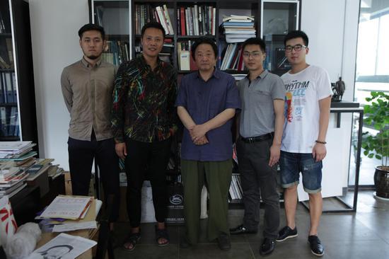 杨奇瑞教授与采访人员合影