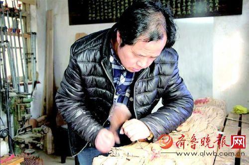 耿守安祖孙三代人传承书画木雕技艺已近百年。 齐鲁晚报记者 宋祖锋 摄