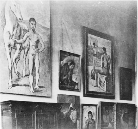 格特鲁德和利奥·斯泰因公寓的墙,其中包括七件毕加索作品:(顶部)《签马的男孩》(1906年),《饮苦艾酒的人》(1902年),《球上的年轻杂技演员》(1905年);(底部)《蜷缩的女人》(1902年),《有流俗发式的女人》(1902年),《吧台的两个女人》(1902年)。