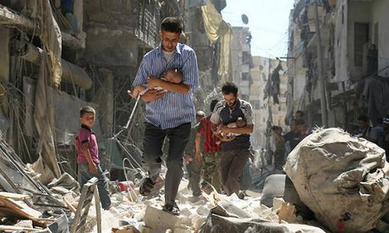 叙利亚父亲带孩子经过阿勒波的叛军控制区域附近。摄影师Ameer al-Halbi(化名)在阿勒波的连天炮火中记录战争,勇气可嘉。 图片来源:Ameer Alhalbi/AFP