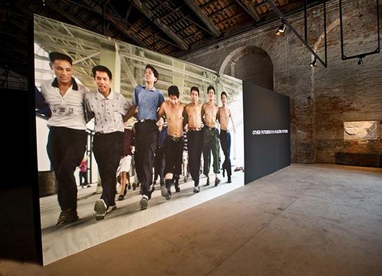 威尼斯双年展中国馆的现场,舞者文慧及生活舞蹈工作室出品的纪录片《和民工跳舞》与《和三奶奶跳舞》循环放映。