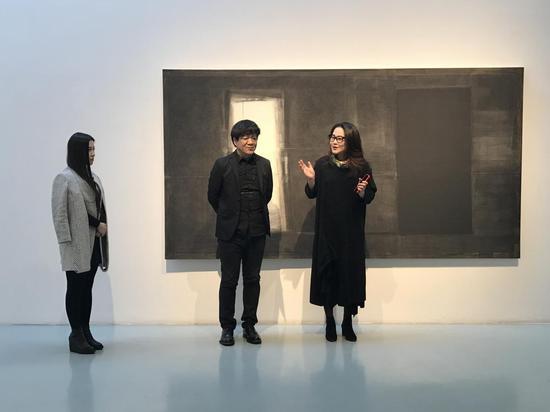 展览开幕式现场(右起:艾米李画廊老板李颖、艺术家王野夫)