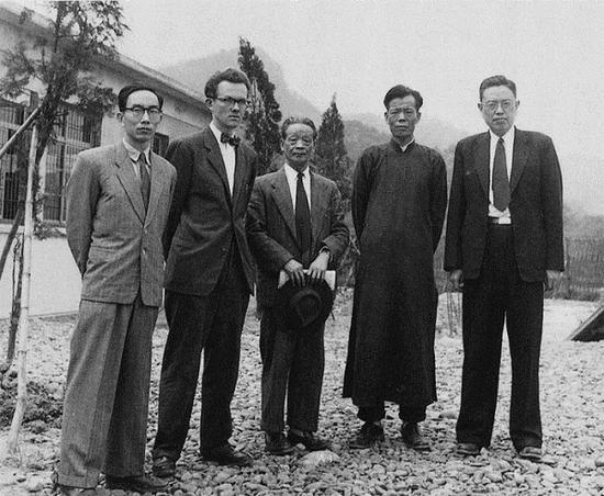 1963年,高居翰(左二)在台北故宫的位于台中的库房。