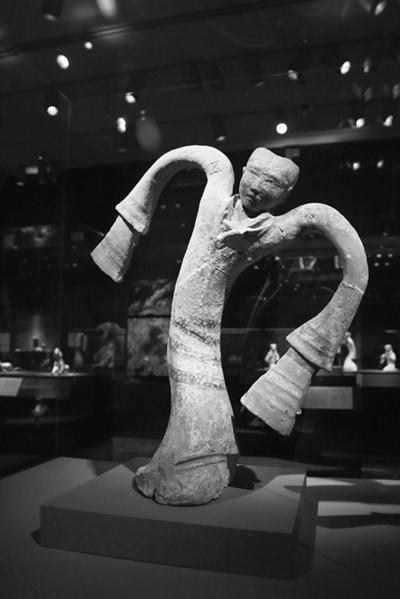 这是2月17日在美国旧金山亚洲艺术博物馆拍摄的汉代陶舞俑。
