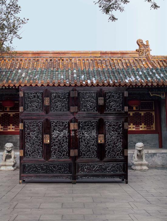 清乾隆 紫檀高浮雕九龙西番莲纹顶箱式大四件柜,因尺寸过大,室内很难布光,最后在自然光下完成主要照片的拍摄。