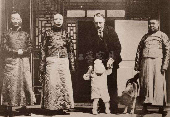 丹麦公使阿勒费尔特·劳维格公爵(左三)1920年离开中国去波兰之前,在北京马易尔的家里住了几个月。图为公使和中国外交部的三位官员一起。