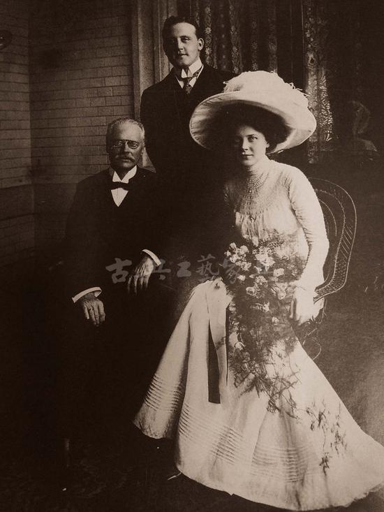 马易尔与吉斯腾夫妻合影。在上海举行婚礼时在场的还有他的岳父。
