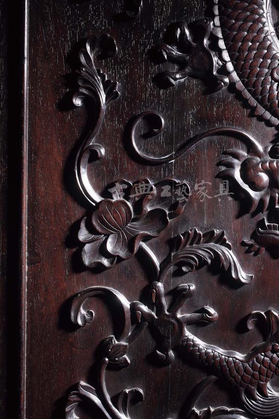 """欧洲经典的""""西番莲""""纹为主要雕饰纹样,随龙形蜿蜒缠枝而上。"""