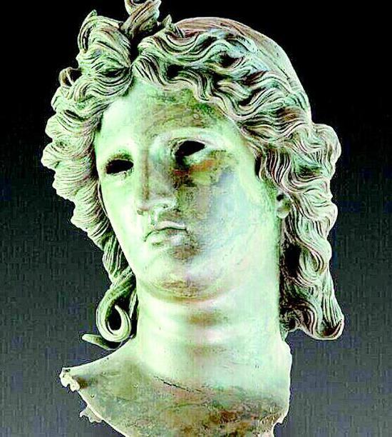 图为青铜阿波罗头像
