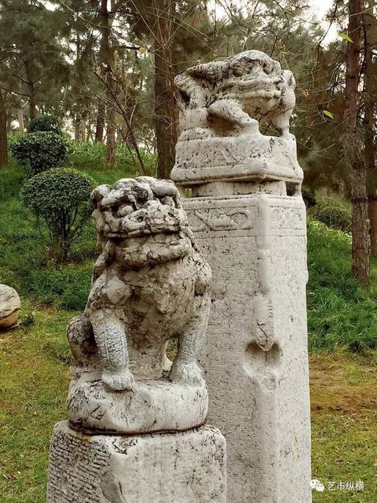 明代(前)、清代(后)拴马桩, 后者本为胡人训狮但胡人形象已残损