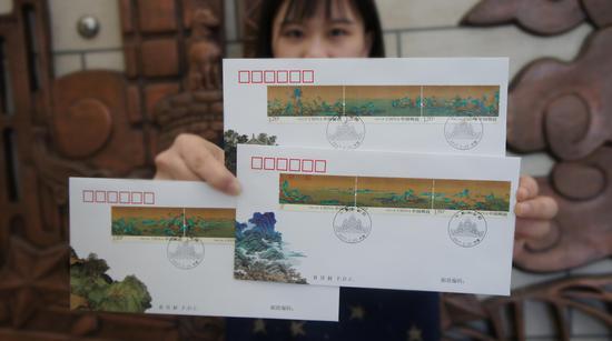 工作人员展示《千里江山图》首日封