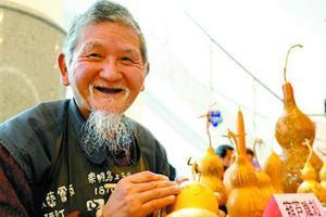 葫芦爷爷退休迷上葫芦彩绘雕刻 自设工坊创作