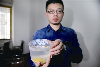 工作人员使用饱和盐水即可简单判定蜜蜡真假:真蜜蜡因密度小会漂浮在水面。