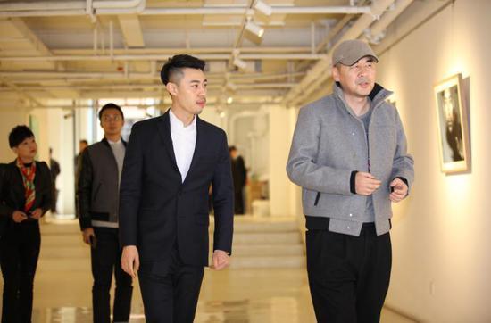 右一:嘉宾陈建斌,右二:摄影师侯宇