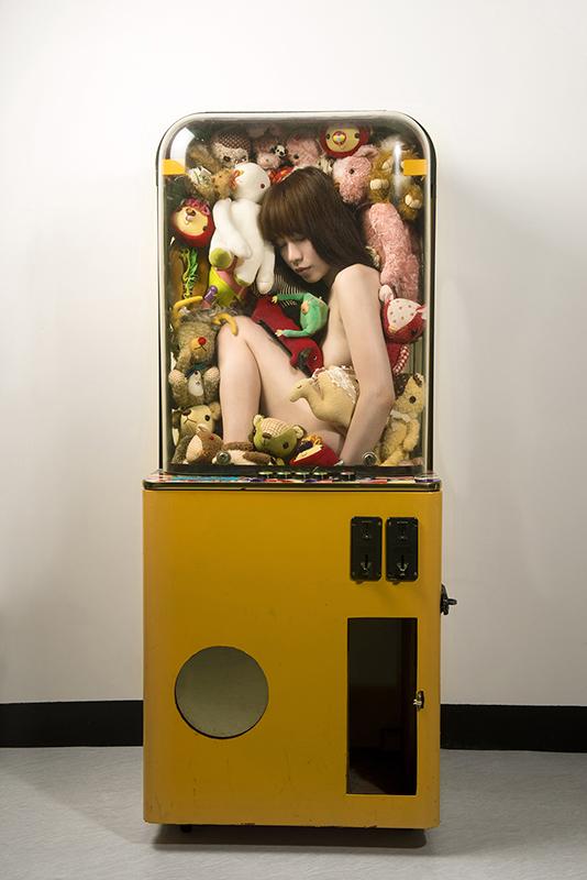 王建扬,夹娃娃机女孩,收藏级无酸艺术纸、艺术微喷,165x110cm,2012,Edition of 5