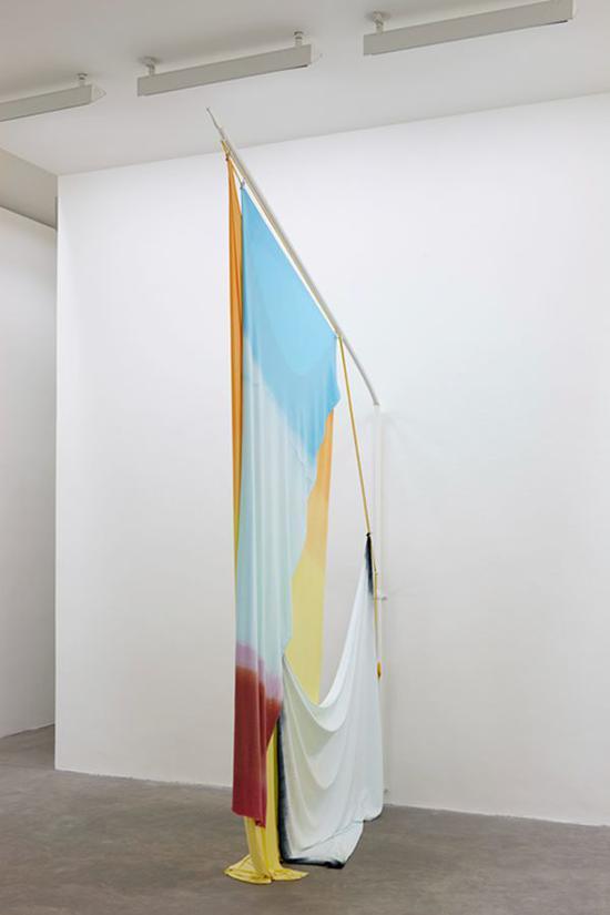 伊萨贝尔?诺兰  狂喜之弃 2015 棉布与粉末涂层软钢旗杆 360 x 212 cm