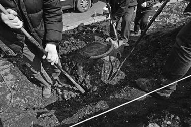 考古人员正在发掘