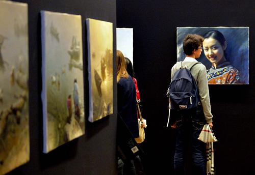 资料图:在法国巴黎卢浮宫举行的东西方国际艺术城市文化交流展上,观众观看展品。新华社记者陈晓伟摄