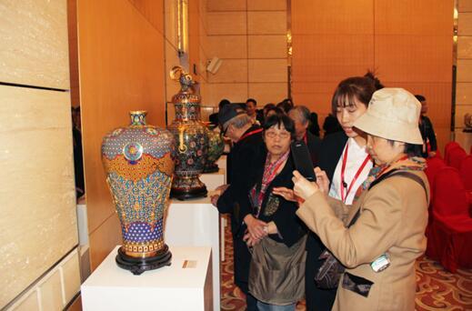 基金首批景泰蓝作品构思精巧,工艺精湛,引得众嘉宾纷纷驻足观看、拍照