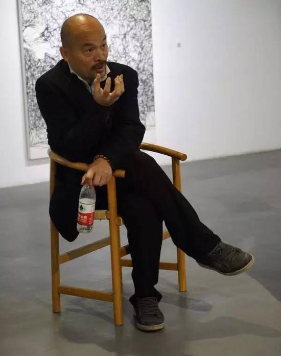 嘉宾任戎现场与艺术家樊洲交流