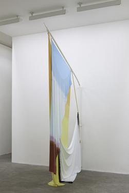 伊莎贝尔·诺兰 狂喜之弃    棉布与粉末涂层软钢旗杆 360cm x 212 cm