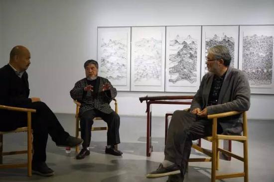 展览现场樊洲为观众解析创作经历