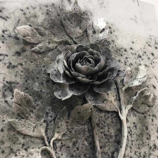 诚品画廊带来的蔡国强的火药瓷画《黑牡丹》